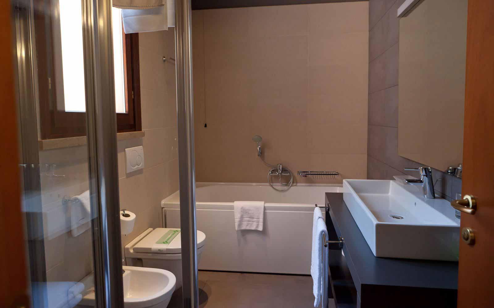 Bathroom at Hotel Giulietta & Romeo