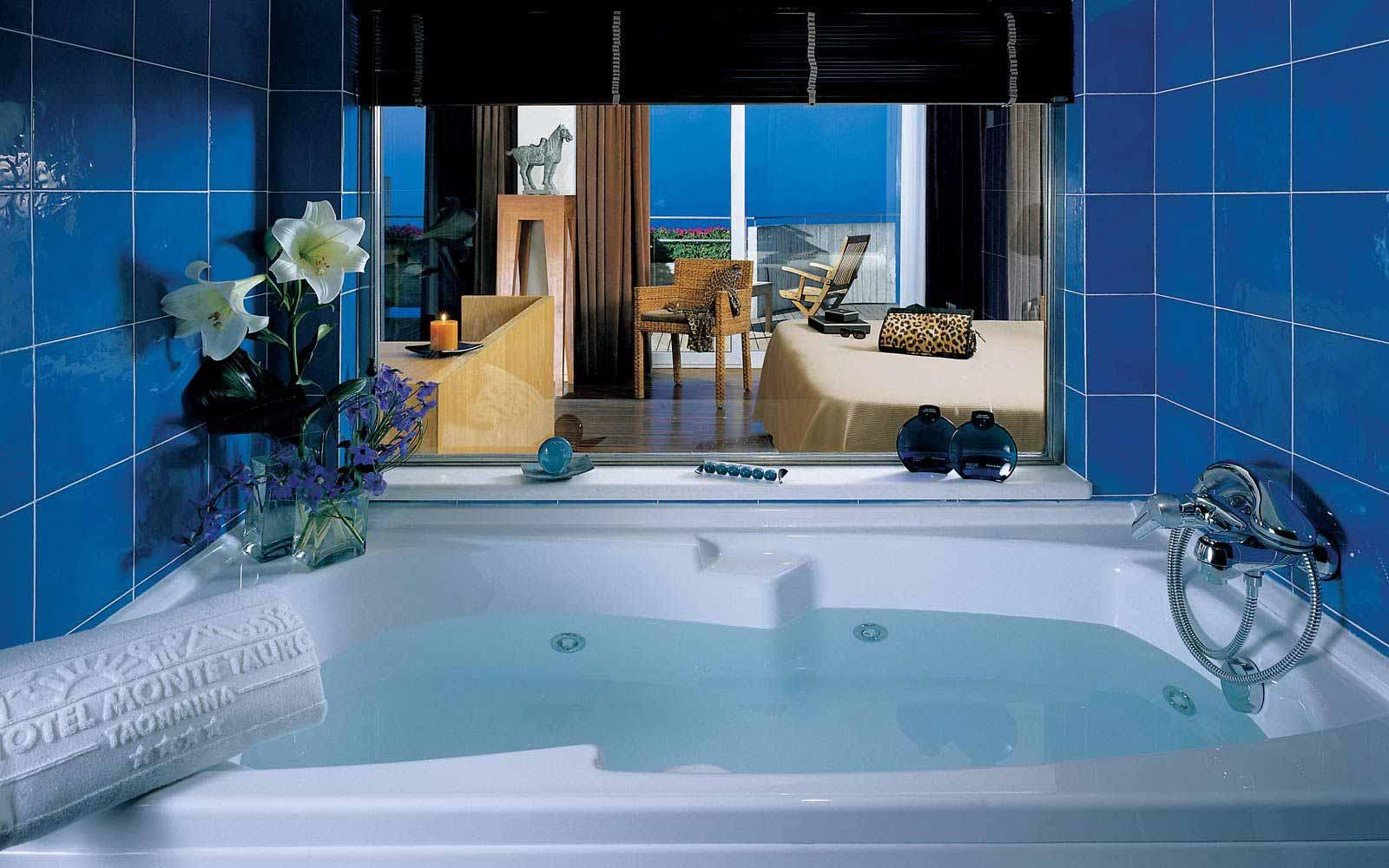 Junior suite bathroom at Hotel Monte Tauro