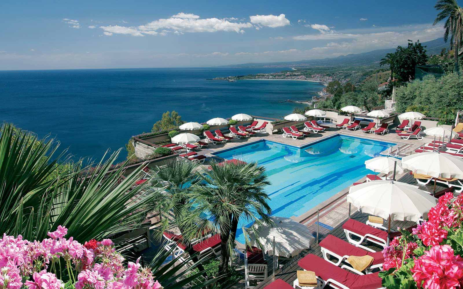 Swimming pool at Hotel Monte Tauro