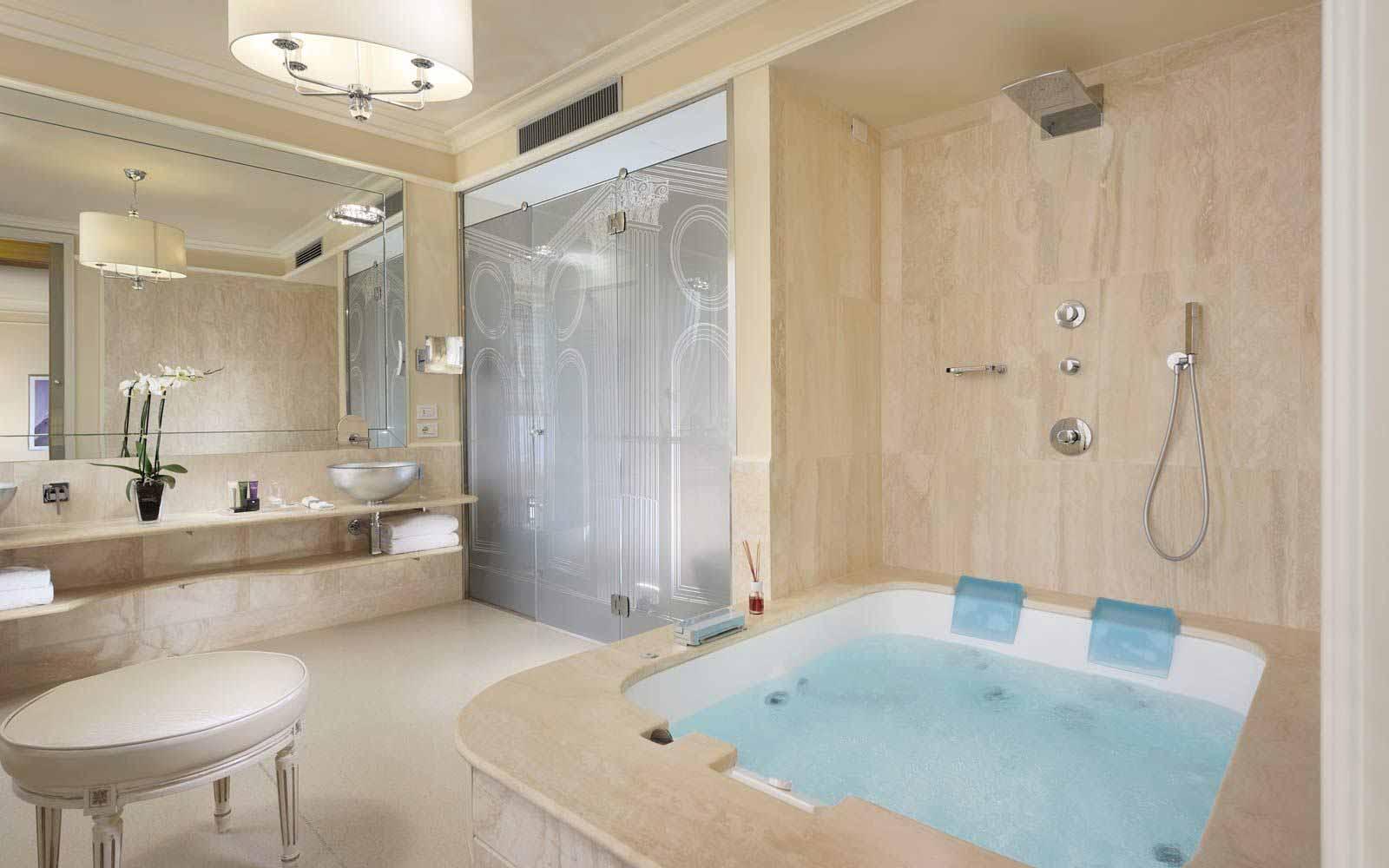 Suite bathroom at Hotel Brunelleschi