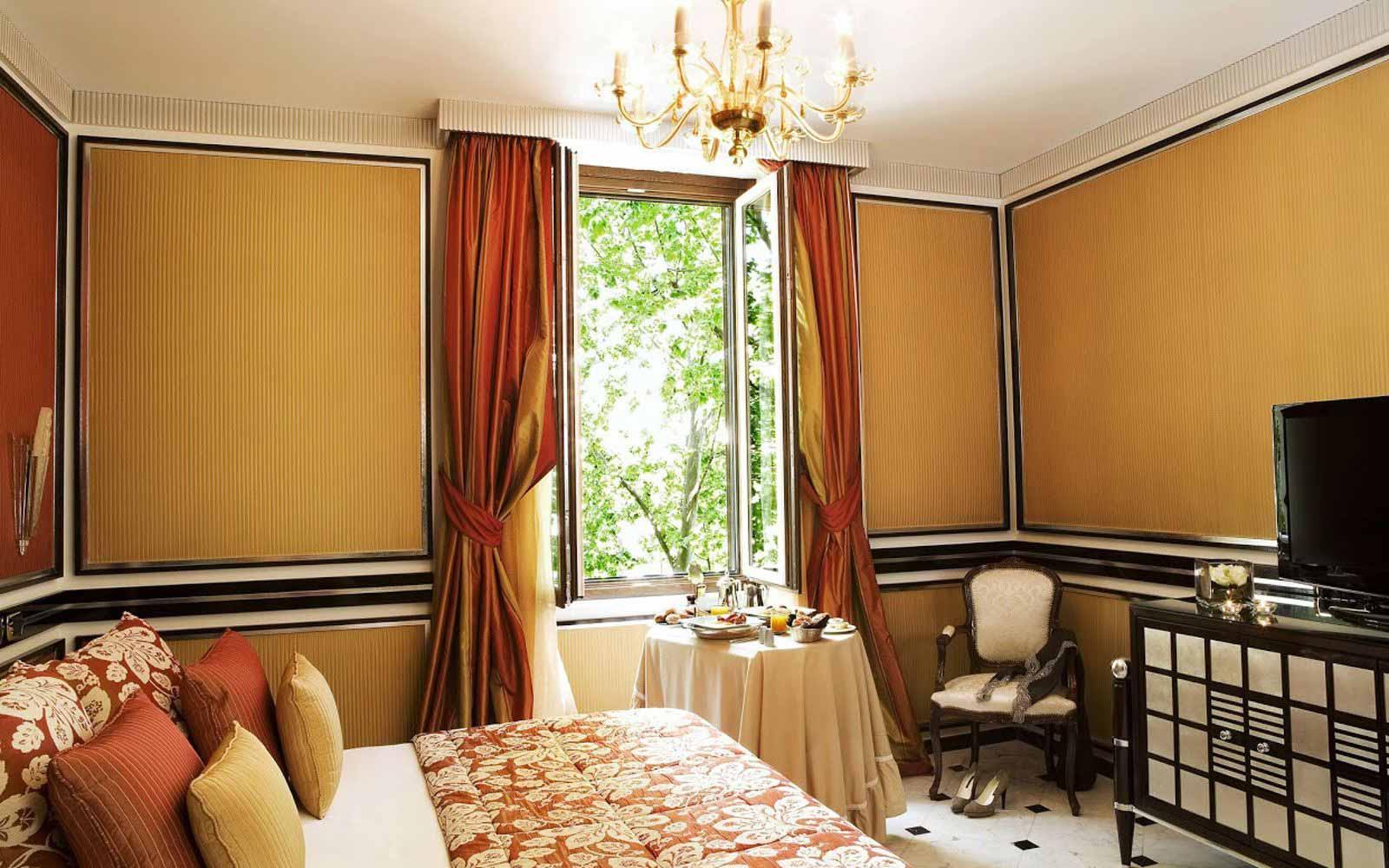 Deluxe room at Regina Hotel Baglioni