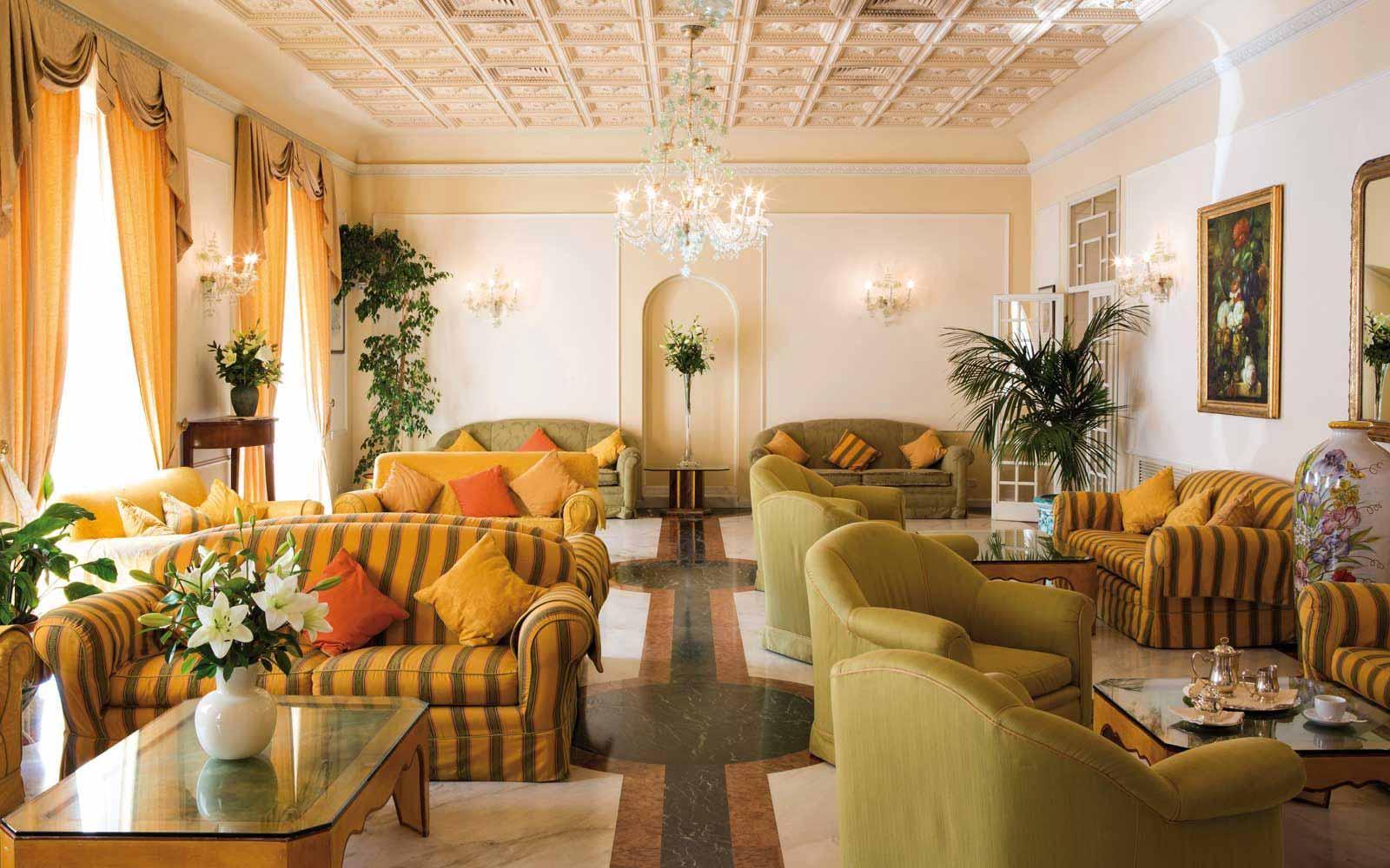 Lounge at the Hotel Plaza e de Russie