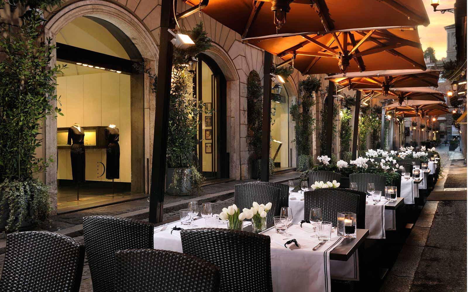 Outdoor restaurant at Hotel D'Inghilterra
