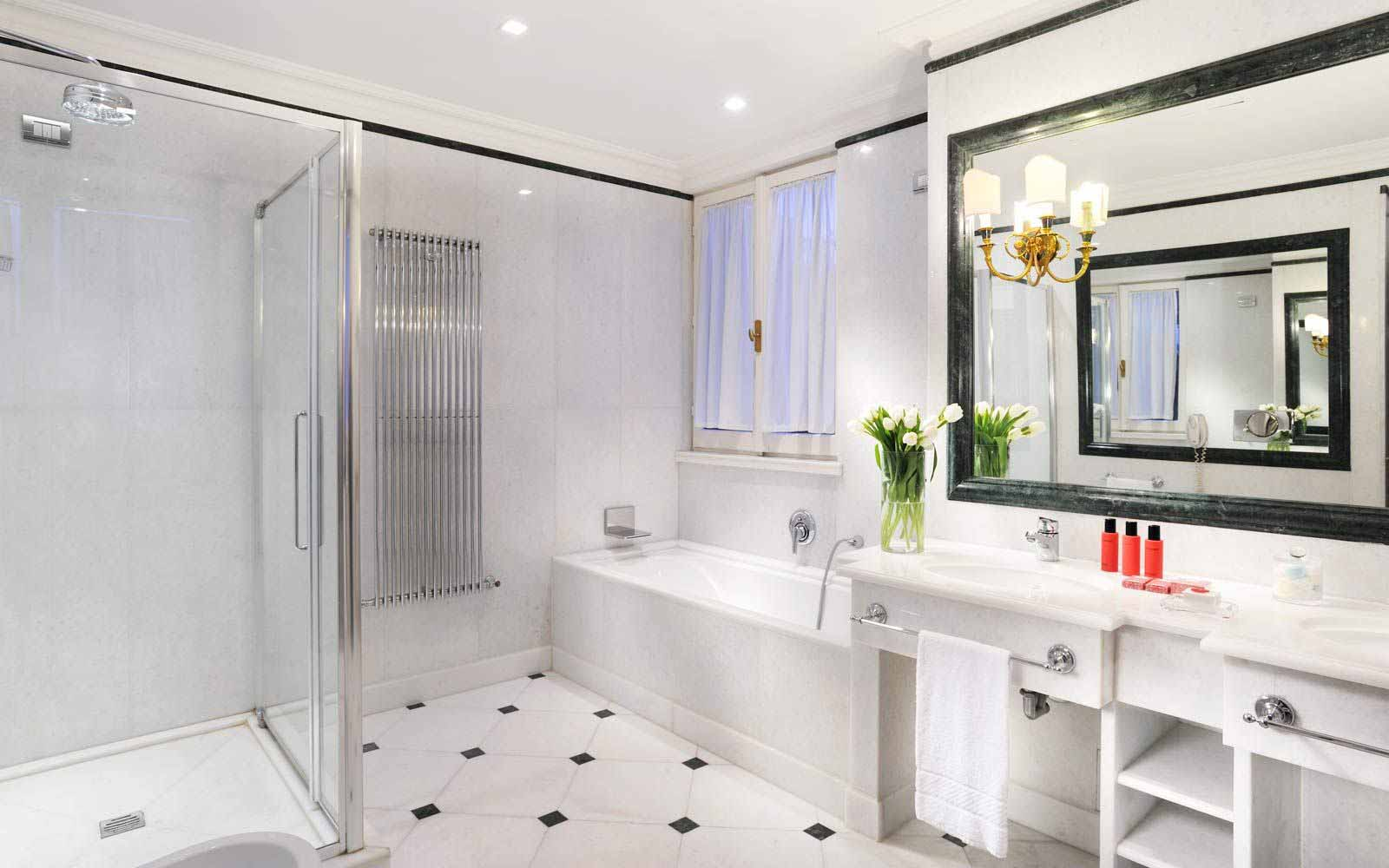 Bathroom at Hotel D'Inghilterra