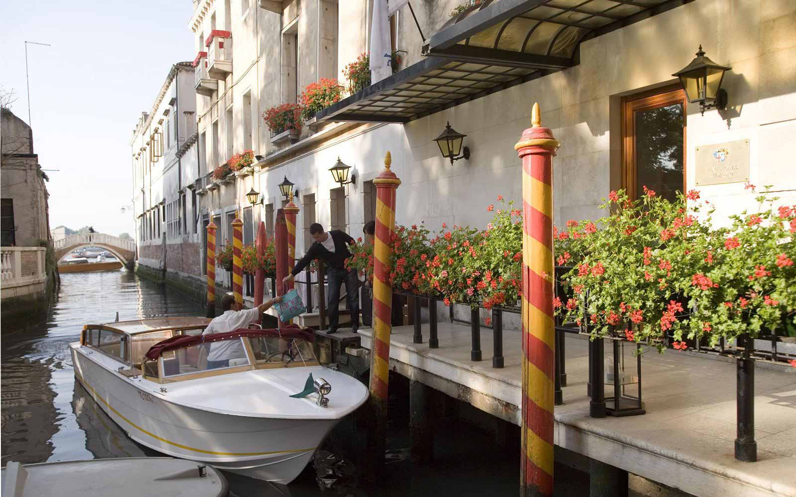 Arrival by boat at Luna Hotel Baglioni
