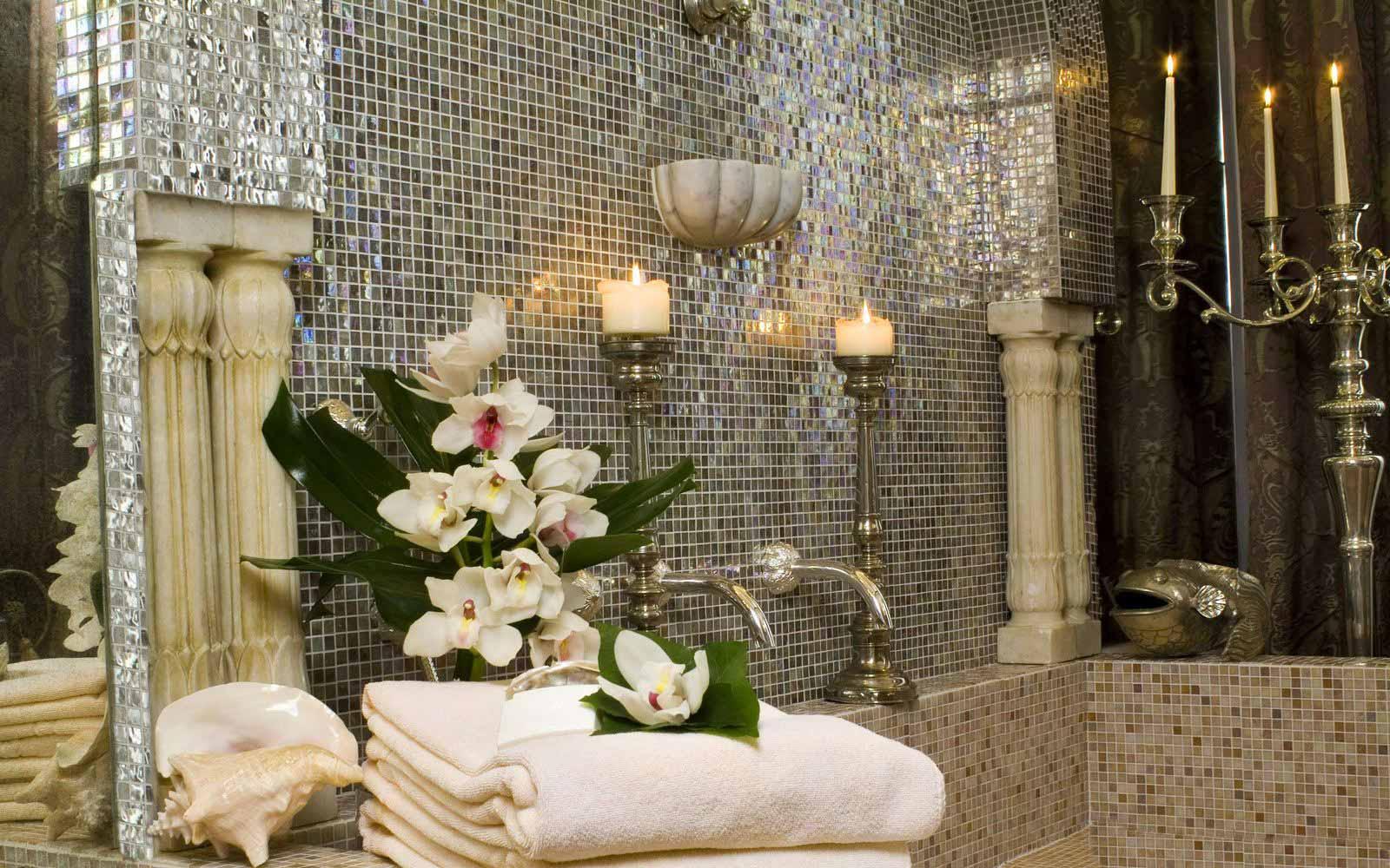 Exclusive suite bathroom at Hotel Metropole