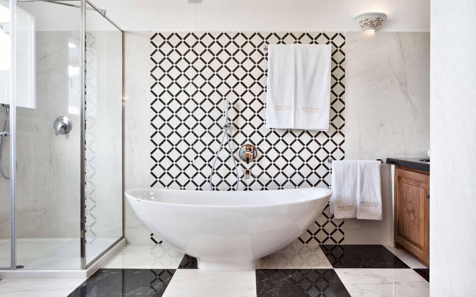 Suite's bathroom at Hotel La Rocca Resort & Spa