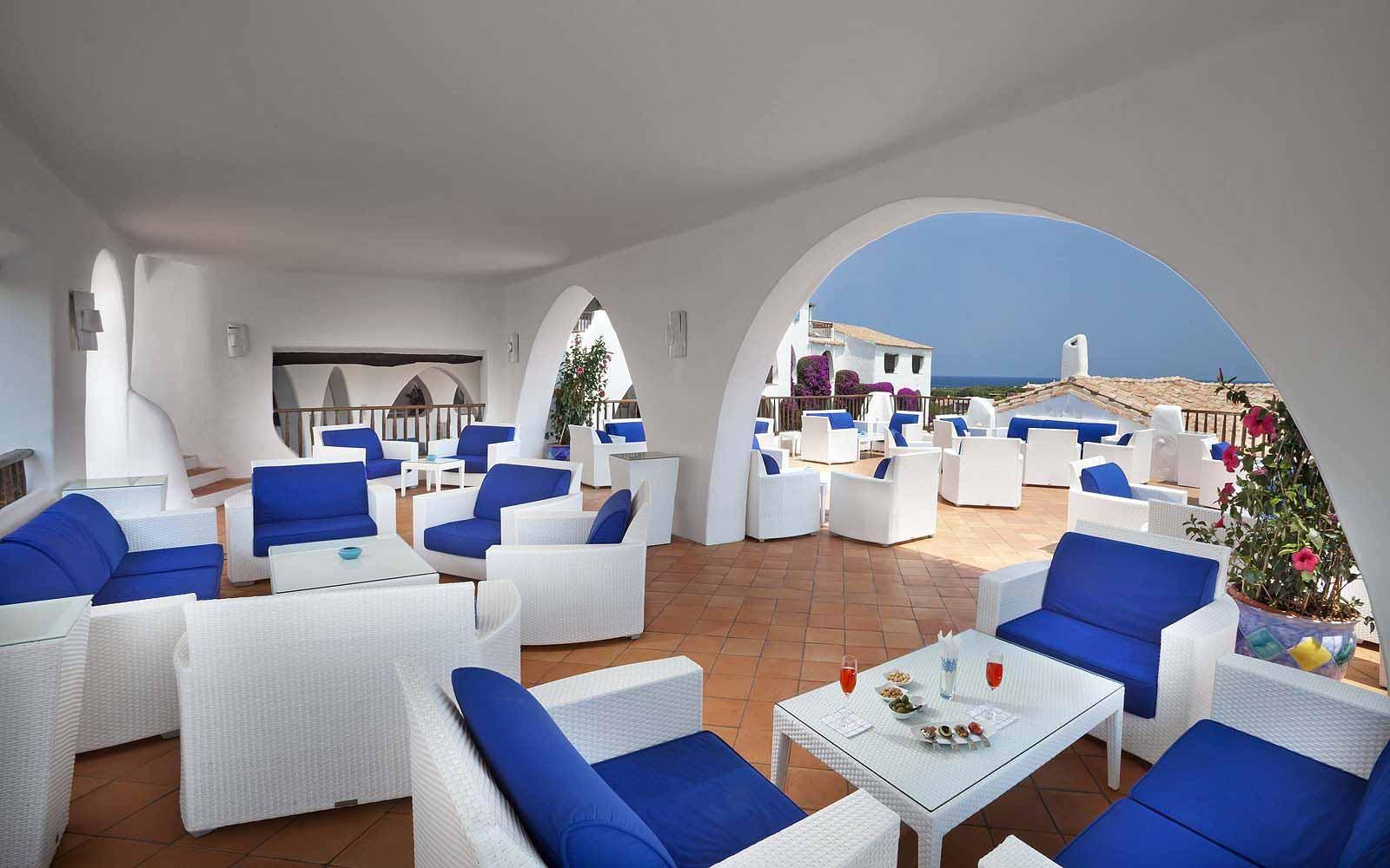 The terrace of Bar Ginepro at the Hotel Romazzino