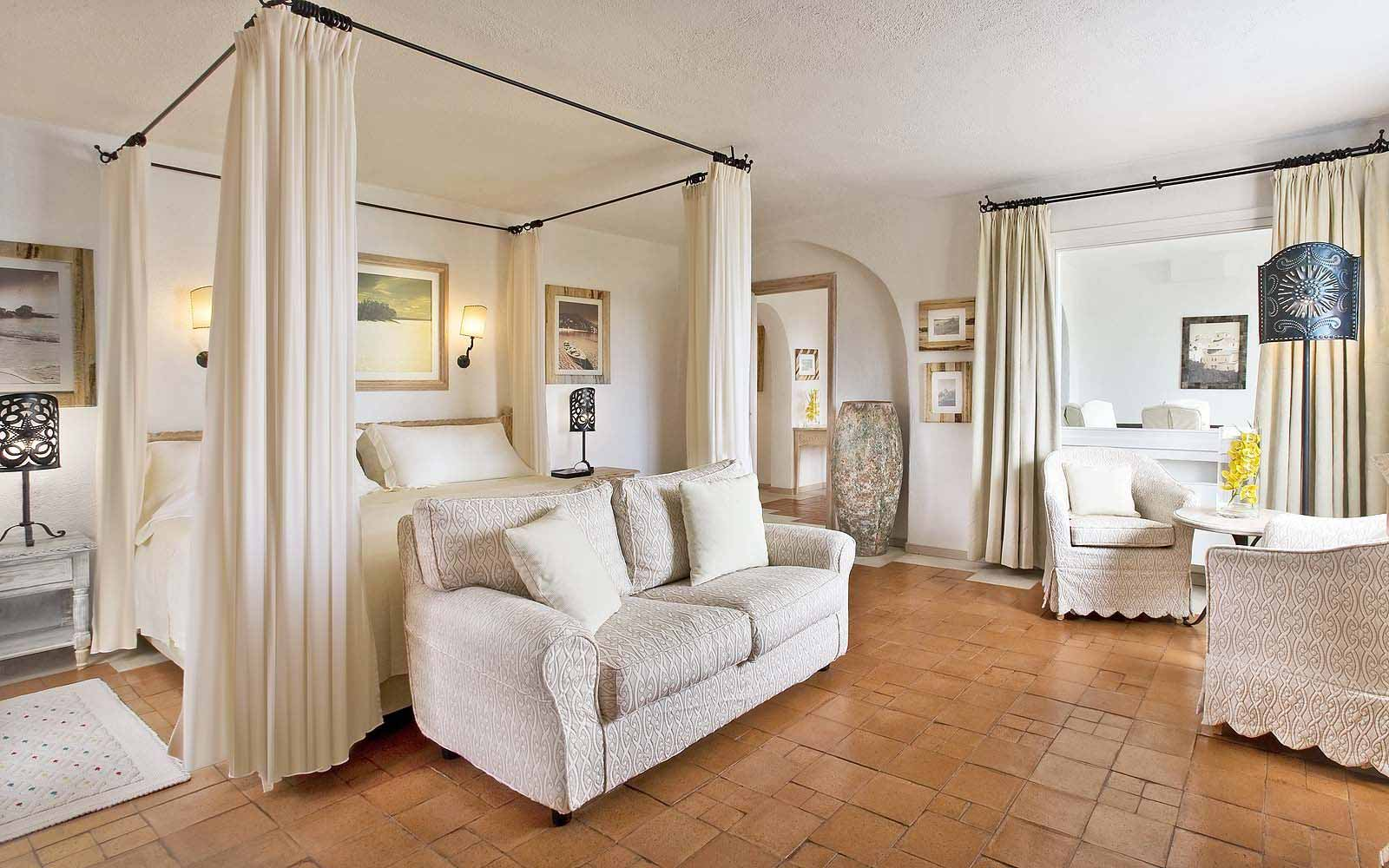A Royal Suite's bedroom at the Hotel Romazzino