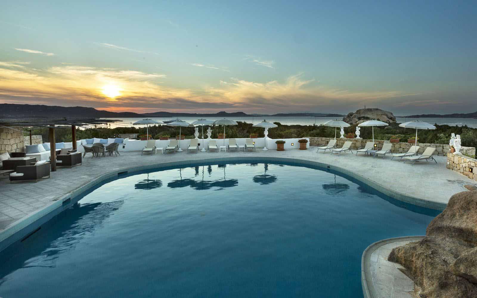 Grand Relais dei Nuraghi's swimming pool in the evening