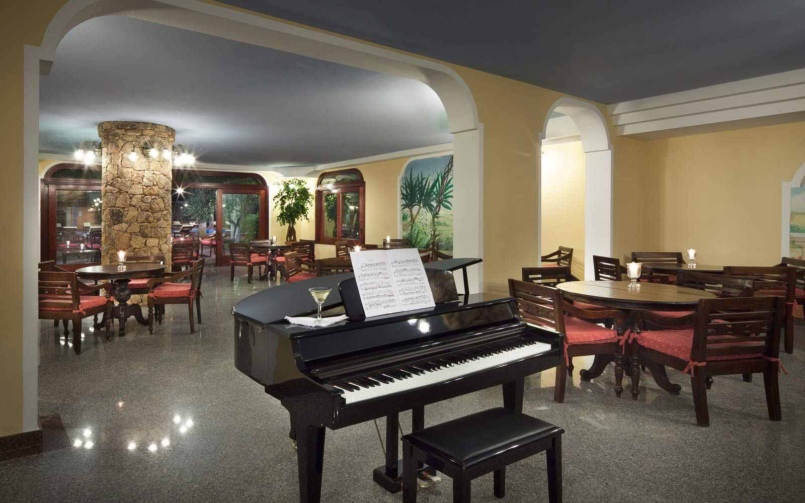 Piano-bar at I Giardini di Cala Ginepro Hotel Resort
