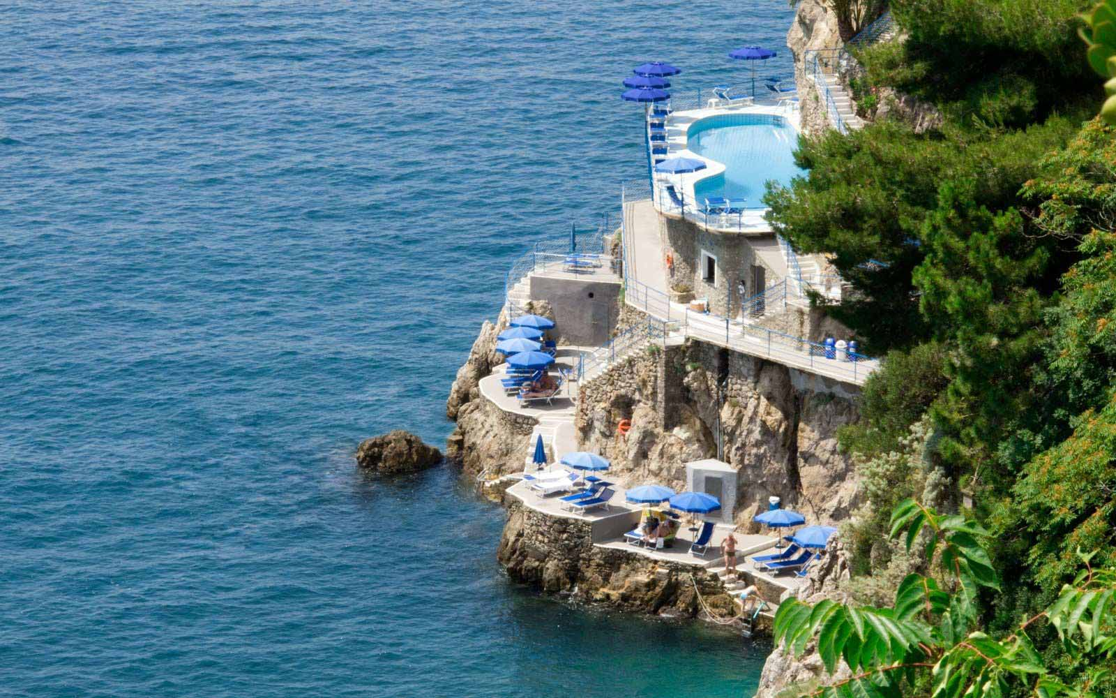 The pool and sun deck at Hotel Miramalfi