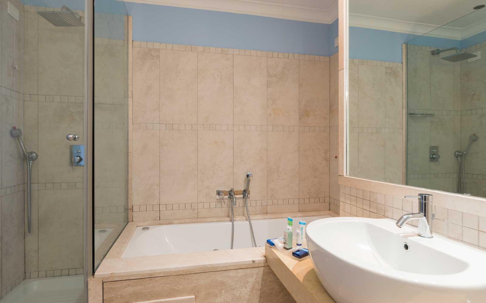 Junior Suite Bathroom at Hotel Riviera