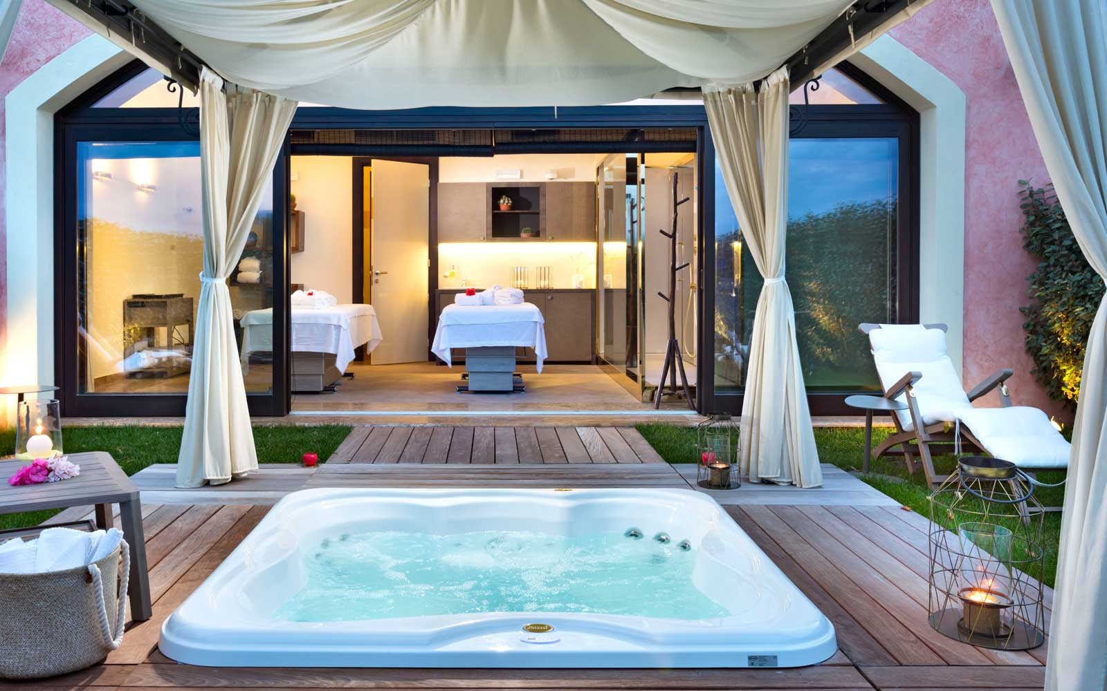 Private Jacuzzi & Spa Area at Hotel Abi D'oru